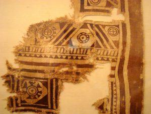 En esta manta guane se encontraron evidencia de uso del palo brasil (Haematoxylon brasiletto). Foto: Fernando Ladino, Colección Museo Casa Bolivar