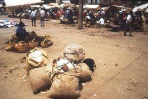 Venta de algodón en un mercado de Santander. Fotografía: Paul Emile Dupret, 1983