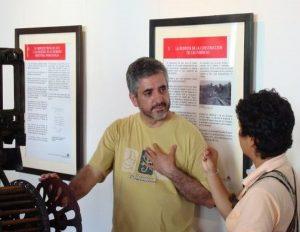 """Orlando Pérez, presidente de la Fundación """"Museo del Algodón y Fábricas de San José de Suaita"""" en una visita comentada del Museo en 2009"""