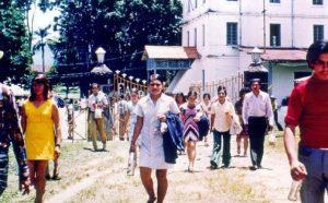 Fin de la jornada laboral hacia 1975. Fotografía: Ana Teresa Guzmán Vargas