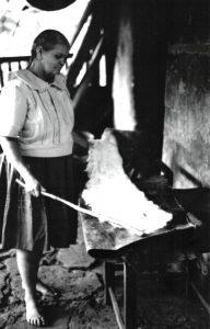 Mercedes Silva azotando algodón. Fotografía: Beatriíz Bayona, 1981