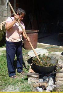 Graciela Sanabria cocinando plantas tintóreas