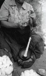 En 1981, Cristina Cárdenas hilaba usando la técnica precolombina. Fotografía: Beatriz Bayona, 1981