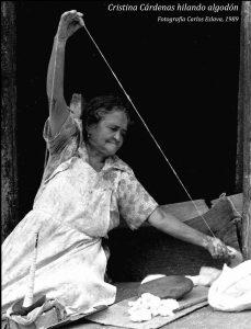 Cristina Cárdenas hilando algodón. Fotografía: Carlos Eslava, 1989