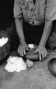 Cristina Cárdenas en 1981 despepaba usando la técnica precolombina. Fotografía Beatríz Bayona